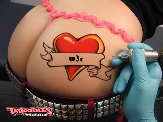 joli derrière féminin tatoué avec les initiales du W3C...